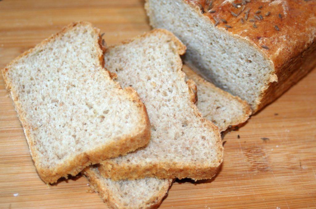 chleb pszenno-żytni z cebulą i kminkiem