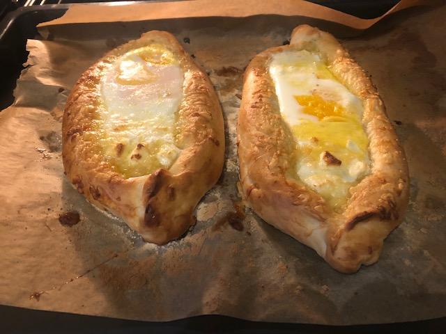 chaczapuri – drożdżowe łódki z serem i jajkiem – przysmak z kuchni gruzińskiej