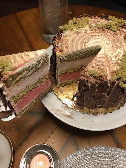 Tort wiśniowy z zielonym biszkoptem ze szpinakiem